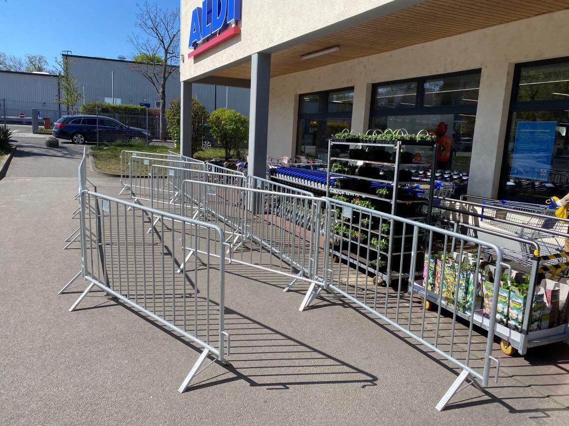 Sicherheitsabsperrung vor Supermarkt