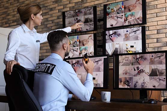 Sicherheitsdienst Mitarbeiter vor Überwachungsmonitoren