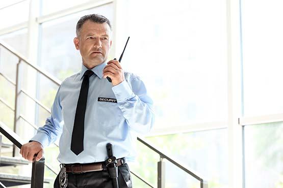 Sicherheitsdienst mit Funkgerät